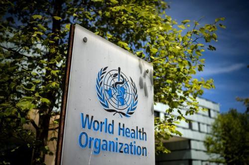 Uma foto tirada em 8 de maio de 2021 mostra uma placa da Organização Mundial da Saúde (OMS) [Fabrice Coffrini/AFP via Getty Images]