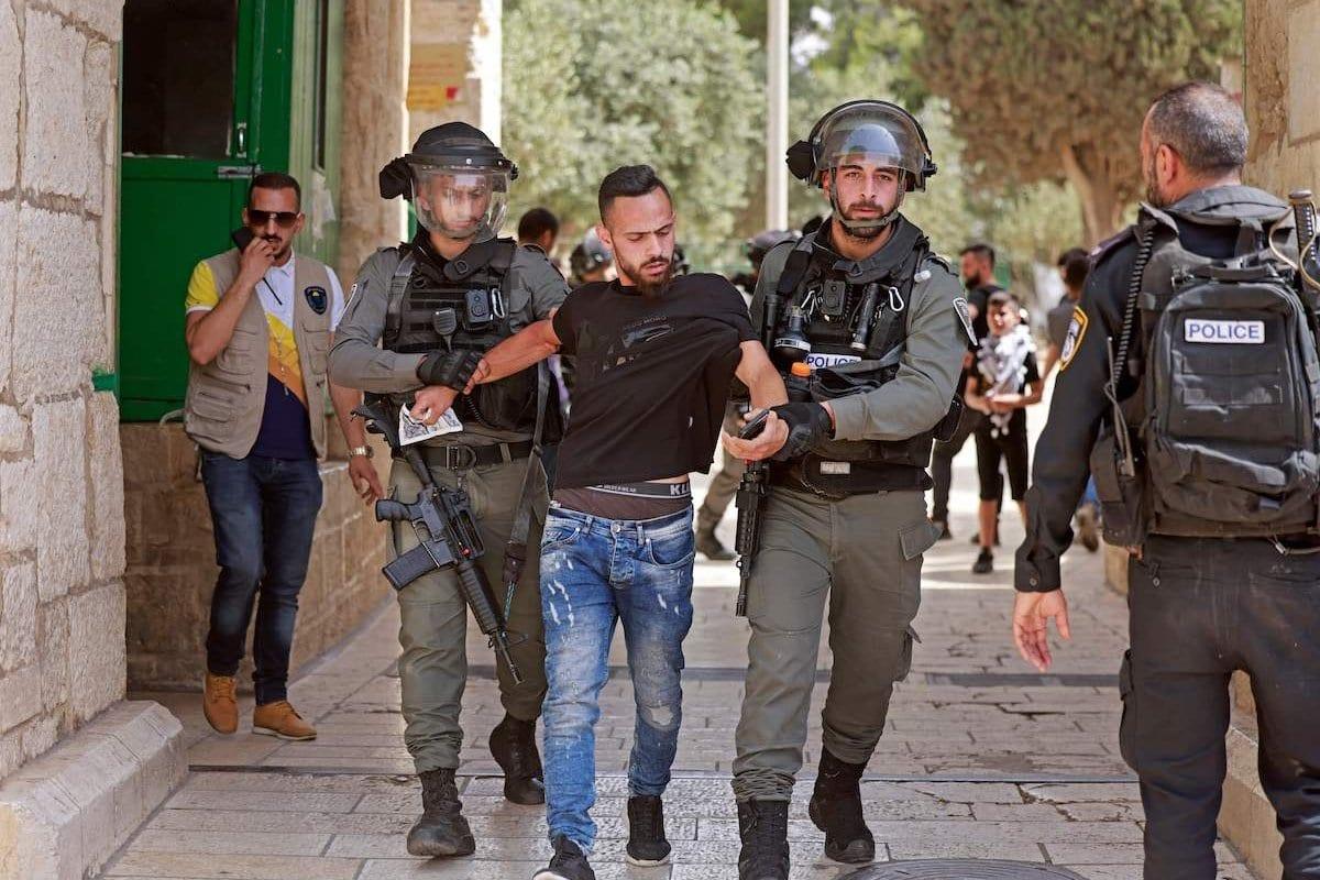 Forças de segurança israelenses detiveram um palestino na entrada do complexo da mesquita de al-Aqsa em Jerusalém, em 21 de maio de 2021 [Menahem Kahana/AFP via Getty Images]