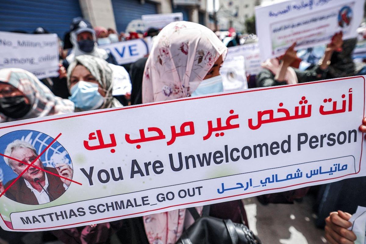 Membros do Sindicato dos Trabalhadores Árabes se reúnem para uma manifestação em frente à sede da Agência das Nações Unidas de Assistência aos Refugiados da Palestina no Oriente Próximo (UNRWA) na Cidade de Gaza, em 31 de maio de 2021 para exigir a expulsão de seu diretor de operações em Gaza [Mohammed Abed/AFP via Getty Images]