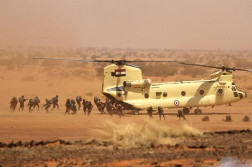 Soldados desembarcam de um helicóptero CH-47 Chinook da Força Aérea Egípcia na área de Um Sayyala, a noroeste de Cartum, em 31 de maio de 2021 [Ashraf Shazly/AFP via Getty Images]
