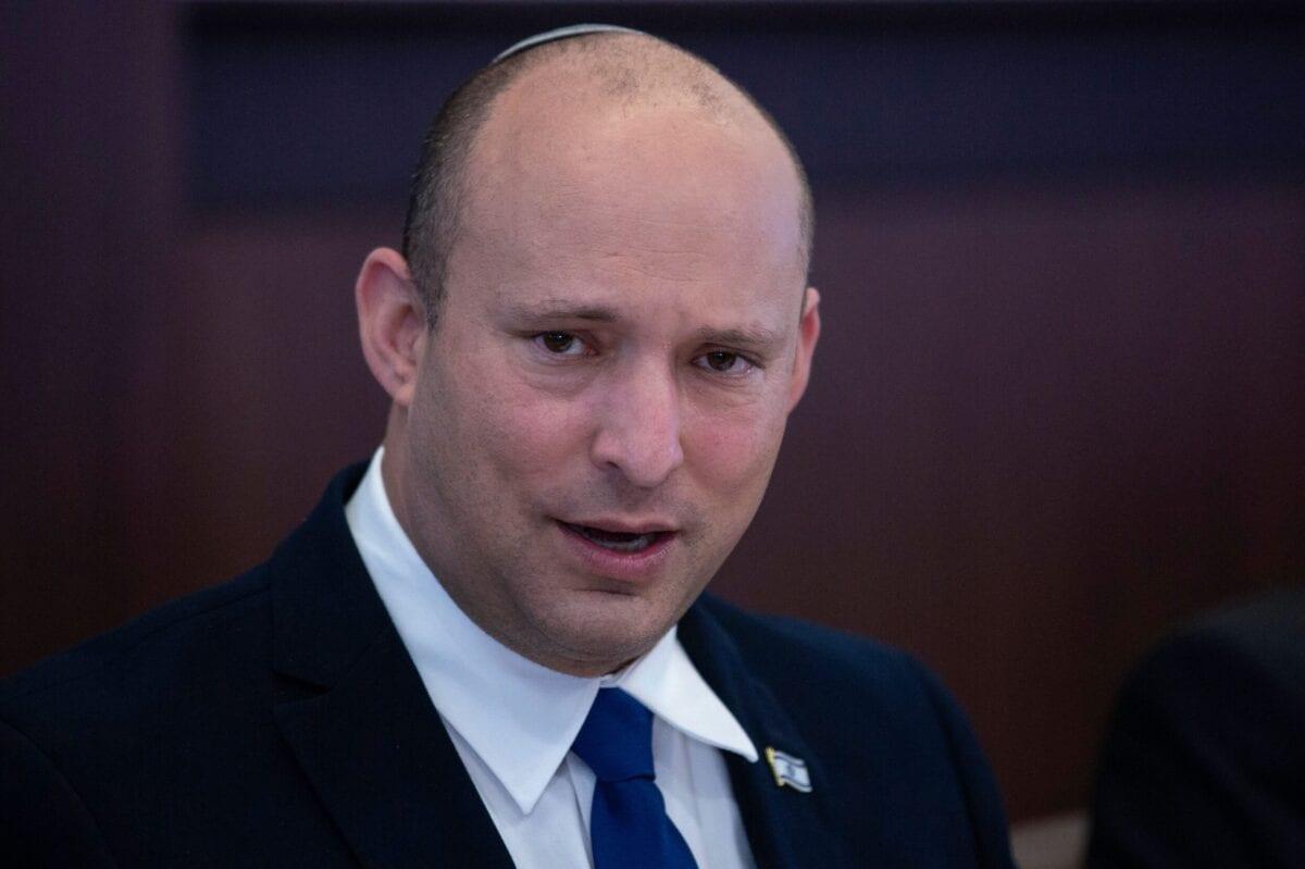 O primeiro-ministro israelense, Naftali Bennett, fala enquanto preside a reunião de gabinete semanal em Jerusalém, em 27 de junho de 2021 [Maya Alleruzzo/POOL/AFP via Getty Images]