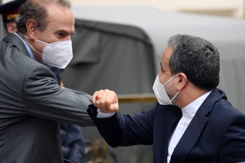 Abbas Araghchi, vice-chanceler do Irã, cumprimenta Enrique Mora, vice-secretário-geral do Serviço de Ação Externa da União Europeia (SEAE), às vésperas de negociações sobre o acordo nuclear iraniano, em Viena, Áustria, 25 de maio de 2021 [Thomas Kronsteiner/Getty Images]