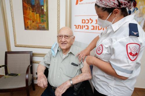 Idosos recebem uma vacina de coronavírus Pfizer-BioNTech no asilo Mishan Efal, em Tel Aviv, Israel, em 23 de dezembro de 2020 [Nir Keidar/Agência Anadolu]