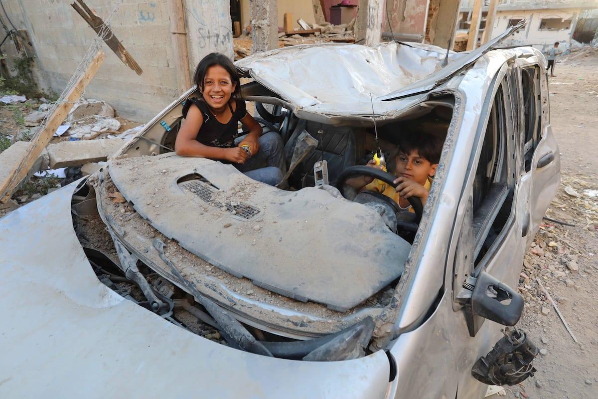 Crianças palestinas são vistas brincando em um carro destruído pelos ataques israelenses em Beit Lahia, Gaza, em 07 de junho de 2021 [Ashraf Amra/Agência Anadolu]