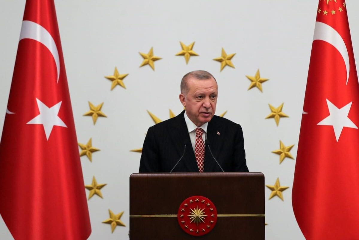 O presidente turco e líder do Partido da Justiça e Desenvolvimento (AK), Recep Tayyip Erdogan, se reúne com prefeitos do Partido AK no complexo presidencial em Ancara, Turquia, em 23 de junho de 2021 [Murat Kula/Agência Anadolu]