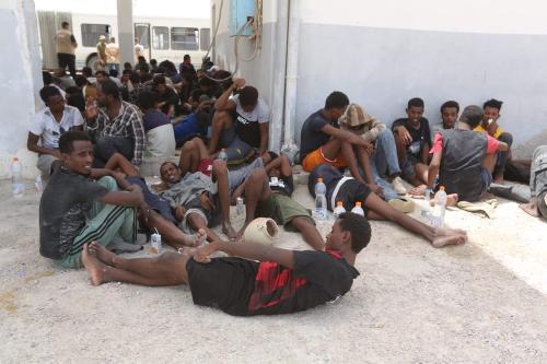 Forças navais tunisianas resgatam 178 migrantes do Mediterrâneo depois que os barcos que os transportavam quebraram enquanto tentavam chegar à Europa, na Tunísia, em 27 de junho de 2021 [Tasnim Nasri/Agência Anadolu]