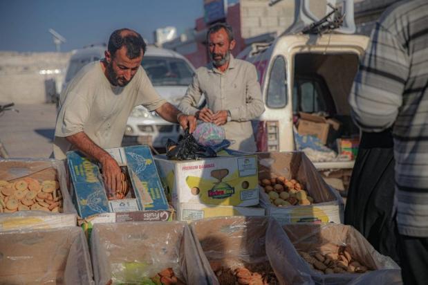Sírios que se refugiam em campos de refugiados depois de fugirem do regime de Assad e dos ataques de seus apoiadores, buscam comida e segurança.