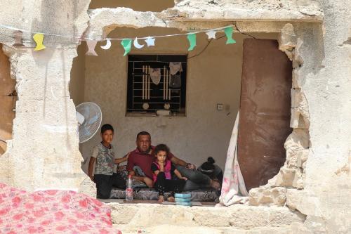 Famílias palestinas tentam continuar suas vidas em meio a escombros, edifícios danificados e destruídos por ataques israelenses em Beit Hanoun, Gaza em 24 de julho de 2021, enquanto esperam que suas casas sejam reconstruídas. [Mustafa Hassona/Agência Anadolu]