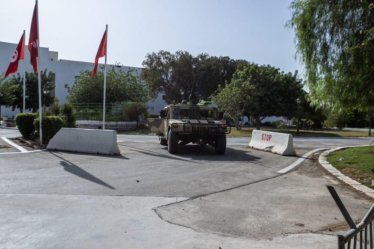 Forças de segurança da Tunísia protegem o Parlamento enquanto apoiadores e opositores se reúnem em frente ao prédio depois que o presidente tunisiano Kais Saied anunciou ter assumido plenamente a autoridade executiva, além de suspender o Parlamento em Tunis, Tunísia, em 26 de julho de 2021 [Nacer Talel/Agência Anadolu]