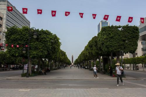 Rua Habib Burgiba permanece vazia após o presidente Kais Saied outorgar a si próprio autoridade executiva, em Túnis, Tunísia, 27 de julho de 2021. [Arif Hüdaverdi Yaman/Agência Anadolu]