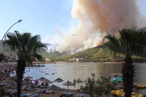 Helicóptero tenta combater um incêndio florestal que eclodiu no distrito de Marmaris, em Mugla, Turquia, 29 de julho de 2021 [Osman Akça/Agência Anadolu]