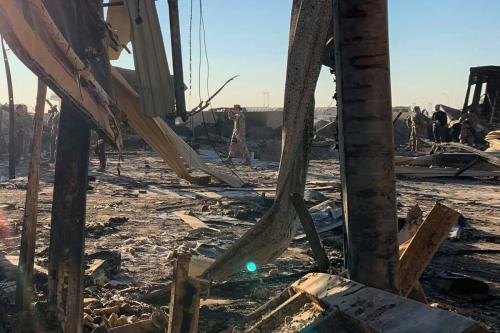Soldados americanos em meio aos destroços da base militar de Ain al-Asad, na província de Anbar, oeste do Iraque [Ayman Henna/AFP via Getty Images]