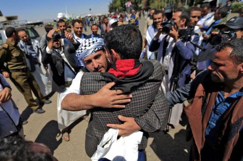 Os prisioneiros iemenitas libertados chegam à capital rebelde Sanaa, em 16 de outubro de 2020, quando o país devastado pela guerra começou a trocar mil prisioneiros em uma operação complexa supervisionada pelo Comitê Internacional da Cruz Vermelha [MOHAMMED HUWAIS/AFP via Getty Images]