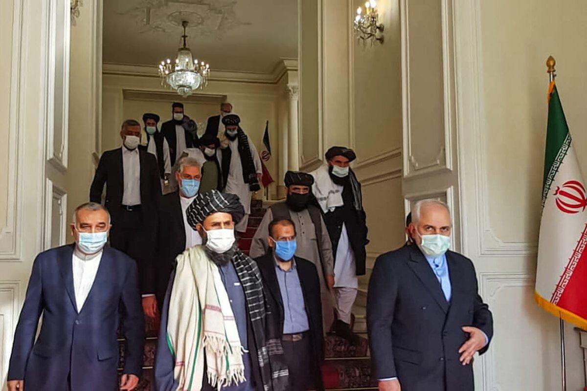 O ministro das Relações Exteriores do Irã, Mohammad Javad Zarif (dir.), encontra-se com o mulá Abdul Ghani Baradar (centro) do Talibã, em Teerã [Tasnim News/AFP via Getty Images]