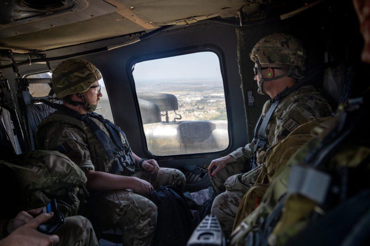 Soldados da coalizão voam da Zona Internacional para o Aeroporto Internacional de Bagdá em um helicóptero Blackhawk dos EUA, em 31 de maio de 2021, em Bagdá, Iraque [John MooreGetty Images]