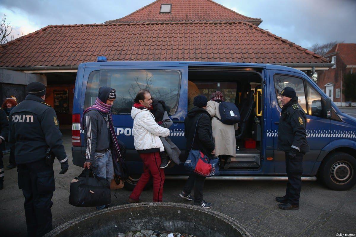 A polícia dinamarquesa escolta uma família da Síria que busca asilo na Dinamarca depois de encontrá-los enquanto verifica os documentos de identidade de passageiros em um trem que chega da Alemanha, em 6 de janeiro de 2016, em Padborg, Dinamarca [Sean Gallup/Getty Images]