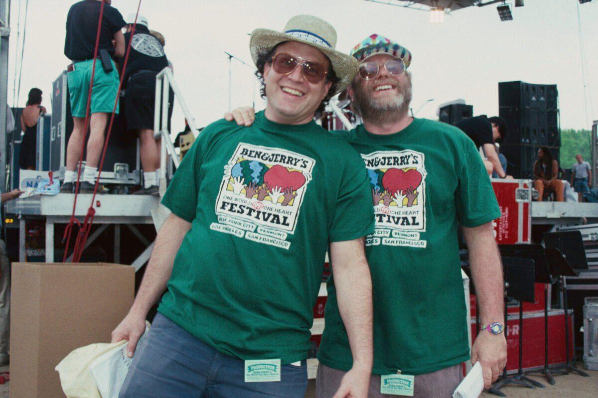 Empresários americanos, filantropos e fundadores da empresa de sorvetes Ben&Jerry's, Jerry Greenfield (esq.) e Ben Cohen no 'One World One Heart Festival' no Central Park, Nova Iorque, EUA, 16 de maio de 1993. [Barbara Alper/Getty Images]