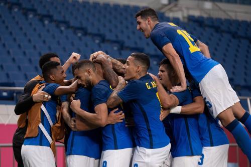 Seleção brasileira de futebol masculino comemora vitória contra a Árabia Saudita nas Olimpíadas de Tóquio 2020, no Estádio de Saitama, Tóquio, em 28 de julho de 2021 [Lucas Figueiredo/CBF]
