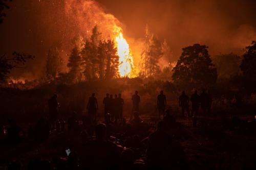Um incêndio florestal arde fora da aldeia de Kamatriades, na ilha de Evia, Grécia, em 9 de agosto de 2021 [Konstantinos Tsakalidis/Bloomberg/Getty Images]
