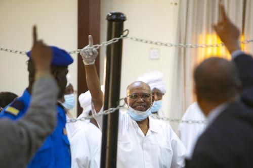 Omar al-Bashir (centro), ex-ditador do Sudão, durante seu julgamento sobre o golpe militar de 1989, na capital Cartum, em 2 de fevereiro de 2021 [Mahmoud Hjaj/Agência Anadolu]