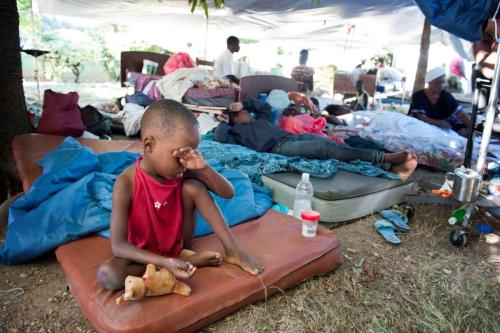 Pessoas estão acampadas em frente aos escombros do Palácio do Governo haitiano, destruído pelo terremot Foto: [Olav A. Saltbones / flickr]