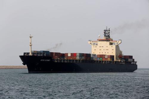 Um navio de carga navega [Atta Kenare/AFP via Getty Images]