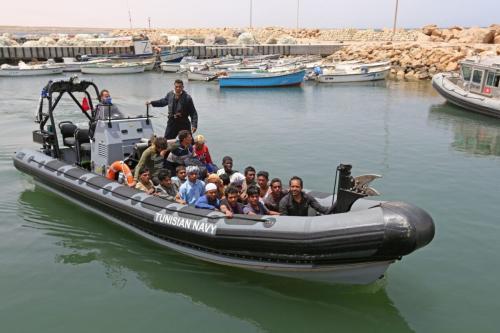 Refugiados resgatados no Mar Mediterrâneo pela guarda nacional tunisiana, no porto de el-Ketef, em Ben Guerdane, sul da Tunísia, perto da fronteira com a Líbia, em 27 de junho de 2021 [Fathi Nasri/AFP via Getty Images]