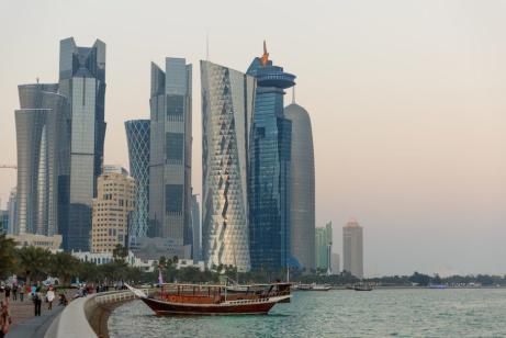 Vistas do horizonte de arranha-céus na cidade de Doha, na Corniche, na Baía de Doha. O condado de Catar sediará a Copa do Mundo FIFA em 2022. [Matthew Ashton/AMA via Getty Images]