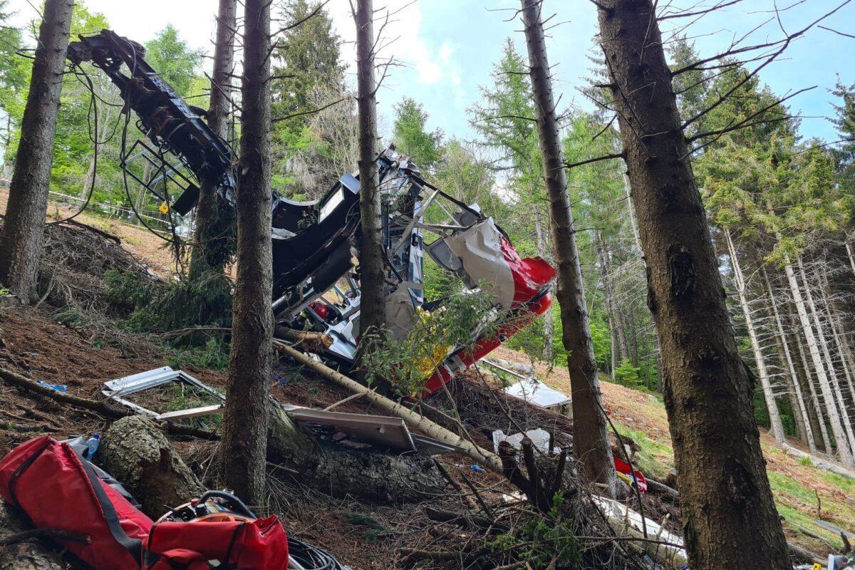 Os destroços de um teleférico que caiu da linha Stresa-Alpine-Mottarone em 23 de maio de 2021 em Stresa, Itália [Handout photo by Italian Alpine and Speleological Rescue Corps via Getty Images]