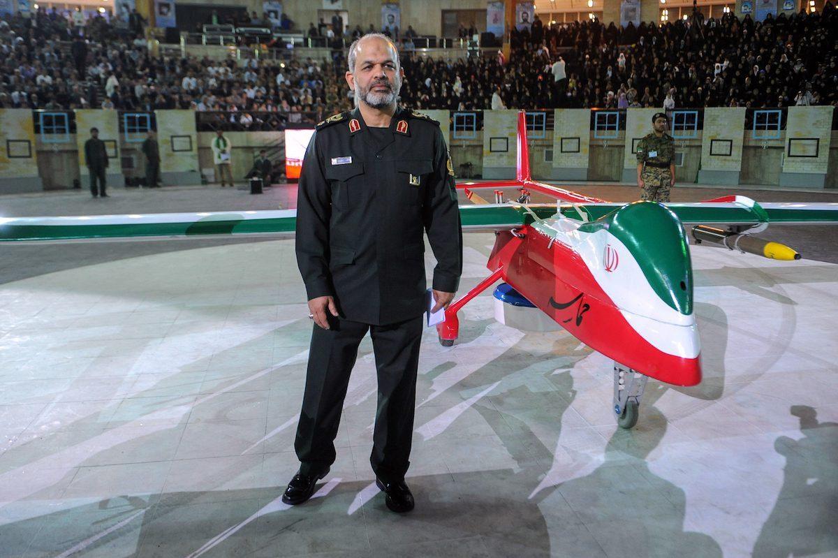 Ministro da Defesa do Irã Ahmad Vahidi ao lado de um drone militar em Teerã, 9 de maio de 2013 [HEMMAT KHAHI/AFP via Getty Images]
