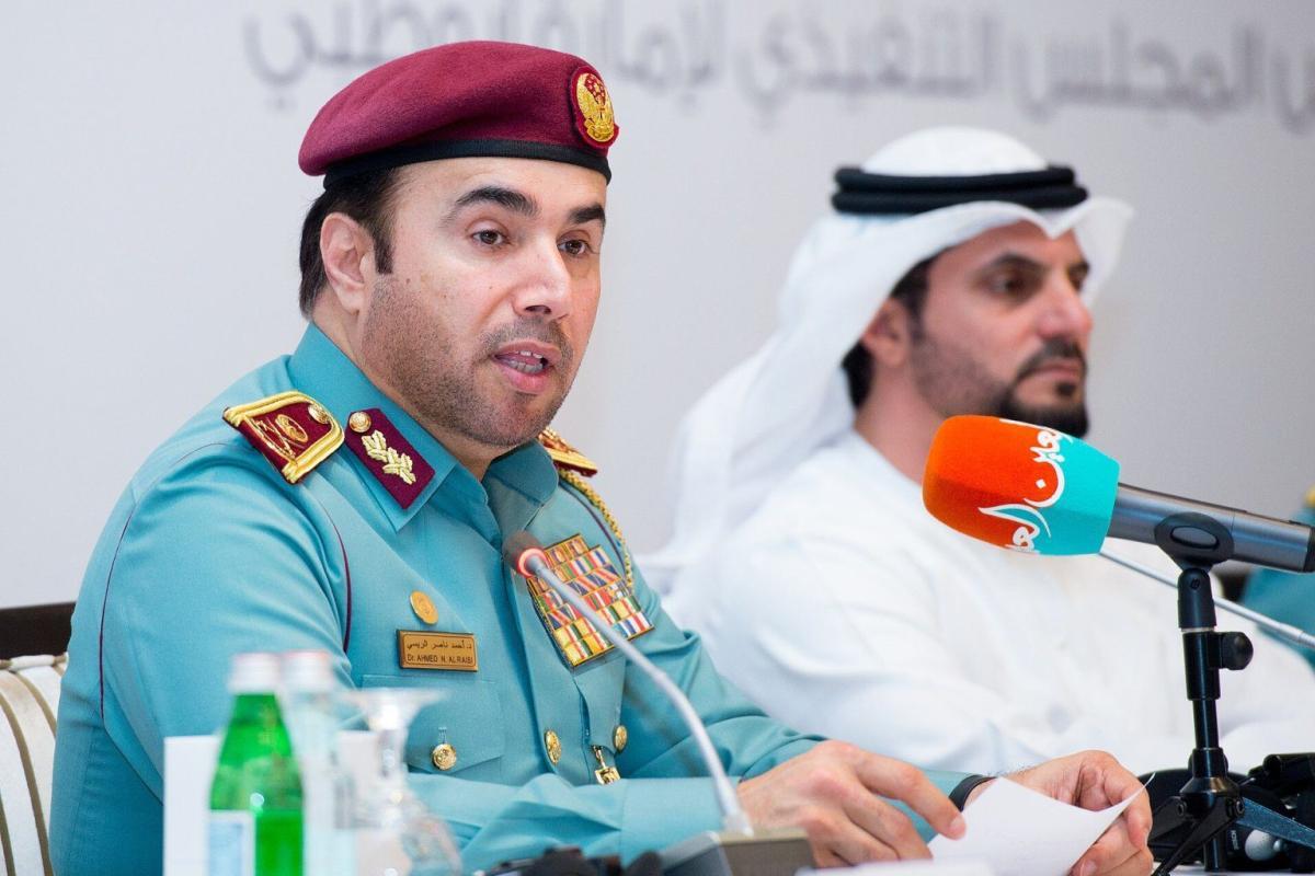Chefe de polícia dos Emirados Árabes, major general Ahmed Naser Al-Raisi (esq.) [Wikipedia]