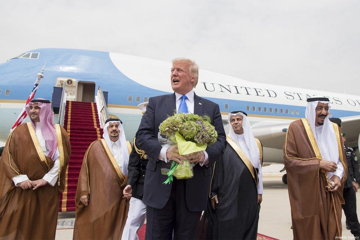O então presidente dos EUA Donald Trump, é recebido pelo rei Salman bin Abdulaziz Al Saud (dir.) da Arábia Saudita durante sua chegada ao Aeroporto Internacional King Khalid em Riad, Arábia Saudita, em 20 de maio de 2017 [Bandar Algaloud/Conselho Real Saudita/Folheto/Agência Anadolu]