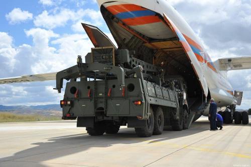 Sistema de defesa antimísseis S-400 da Rússia sendo entregue em Ancara, Turquia, em 12 de julho de 2019 [Ministério da Defesa Nacional da Turquia/Agência Anadolu]