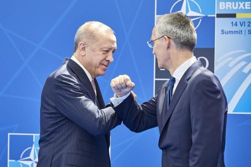 Presidente da Turquia Recep Tayyip Erdogan (à esquerda) cumprimenta Jens Stoltenberg, secretário-geral da Organização do Tratado do Atlântico Norte (OTAN), na sede da entidade em Bruxelas, Bélgica, 14 de junho de 2021 [OTAN/Agência Anadolu]