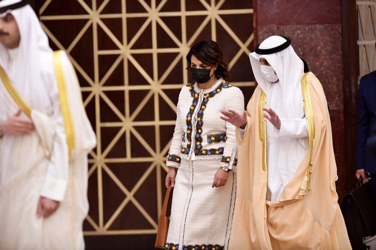 Ministra de Relações Exteriores da Líbia Najla Mangoush e sua contraparte do Kuwait, Ahmed Nasser al-Mohammed al-Sabah, na Cidade do Kuwait, 3 de outubro de 2021 [Jaber Abdulkhaleg/Agência Anadolu]