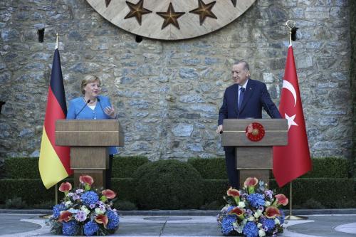 Presidente da Turquia Recep Tayyip Erdogan e Chanceler da Alemanha Angela Merkel, em Istambul, 16 de outubro de 2021 [Serhat Cagdas/Agência Anadolu]