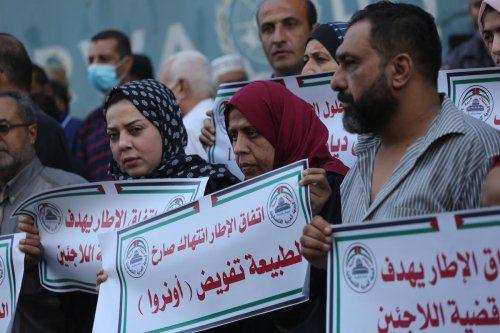 Palestinos na Faixa de Gaza sitiada protestaram contra as tentativas de politizar a UNRWA e limitar seu mandato como resultado da pressão dos EUA, em 5 de outubro de 2021 [Mohammed Asad/Monitor do Oriente Médio]