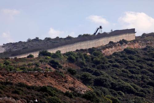 Um ponto de observação militar israelense no muro de fronteira que separa Israel (esq) do Líbano (dir), perto da Travessia Rosh Hanikra, também conhecida como Travessia Ras Al Naqoura em 12 de outubro de 2020. [Jalaa Marey/ AFP via Getty Images]
