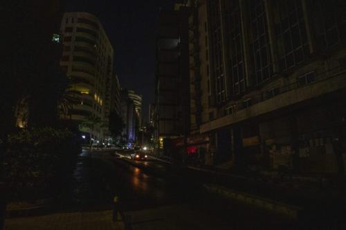Uma rua na escuridão durante um corte de energia à noite em Beirute, Líbano, em 7 de setembro de 2021 [Francesca Volpi / Bloomberg via Getty Images]