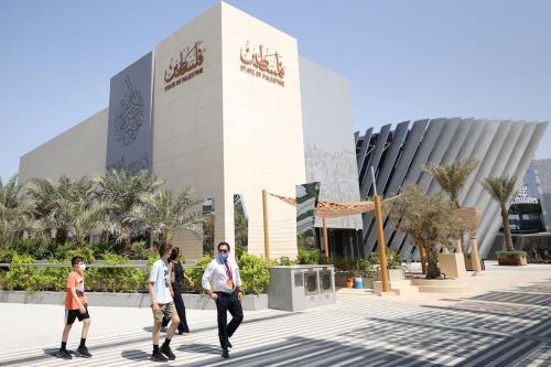 Visitantes caminham em frente ao pavilhão palestino na Expo 2020, no Emirado do Golfo de Dubai, em 1º de outubro de 2021. [AFP via Getty Images]