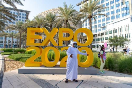 Visitantes chegam ao local da Feira Mundial de 2020, no dia de sua abertura, em Dubai, Emirados Árabes Unidos, 1° de outubro de 2021 [Christopher Pike/Bloomberg via Getty Images]