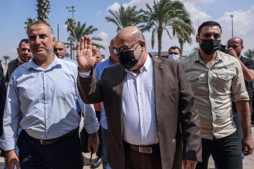 O oficial palestino Issam al-Daalis (C) do gabinete político do Hamas fica do lado de fora do salão VIP na passagem da fronteira de Rafah com o Egito, na faixa sul de Gaza, em 3 de outubro de 2021, quando uma delegação de Gaza viaja para o Egito para negociaçõe [SAID KHATIB/AFP via Getty Images]