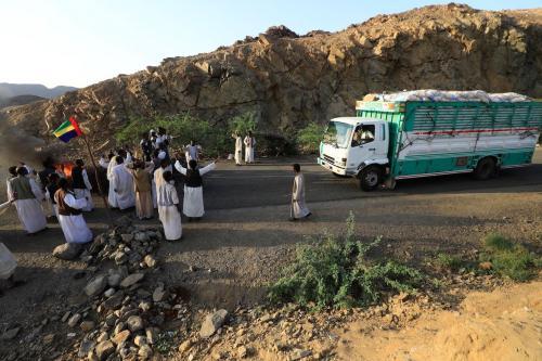 Sudaneses da região leste de Beja bloqueiam a estrada principal do Porto Sudão, 120 km a oeste do porto, em 5 de outubro de 2021 como um ato de protesto contra seções referentes à região leste do Sudão no Acordo de Paz de Juba, assinado entre grupos rebeldes e o governo em outubro do ano passado. [ASHRAF SHAZLY/AFP via Getty Images]