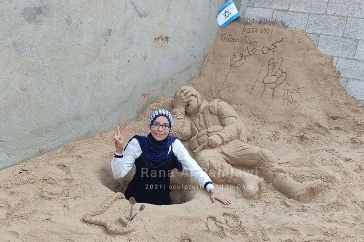 Rana al-Ramlawi, artista palestina que tornou-se conhecida por suas esculturas de areia, em 29 de setembro de 2021 [rana_alramlawi/Instagram]