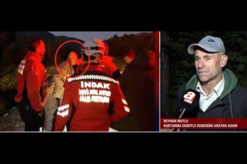 Trabalhador da construção civil Beyhan Mutlu, 50, se junta à equipe de busca por si mesmo [Youtube screengrab/ATV]