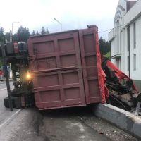 FOTO/VIDEO. Accident grav la Vatra Dornei. Un TIR încărcat cu fier vechi s-a răsturnat în intersecția de la stadion