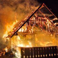 FOTO. Un incendiu de proporții aproape că a pus la pământ o locuință din comuna Cârlibaba