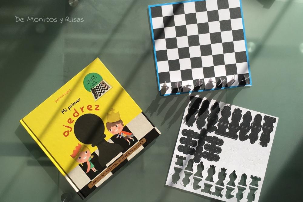 El libro y el juego de cartón