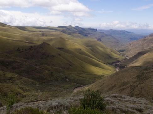 Blick zurück ins Tal am Sani-Pass.