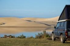 Am anderen Ufer zeigen sich schöne Dünen.